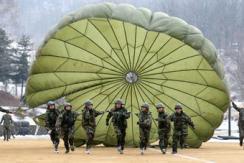 韩国特种部队进行冬季跳伞特训
