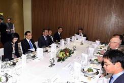 总理出访微镜头:餐桌上的头脑风暴