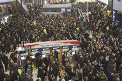 英国上下班高峰车站:拥挤堪比中国地铁