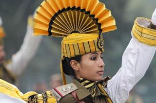 印度阅兵式上女兵头顶折扇?