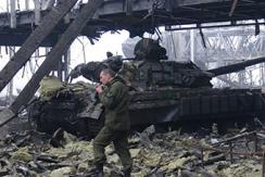 乌政府重夺顿涅茨克机场 军队清理战场
