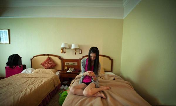 16岁日本网游嫩模中国讨生活 靠玩手机打发闲暇