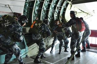 解放军女兵高空跳伞毫不含糊