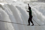 惊险!两男子高空走钢索征服维多利亚瀑布