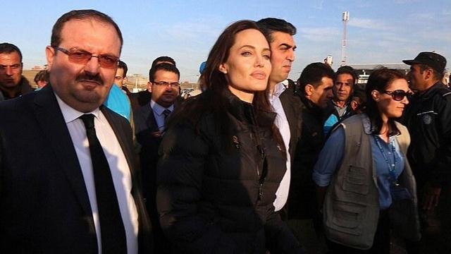 好莱坞女星朱莉伊拉克探望恐怖主义受害者