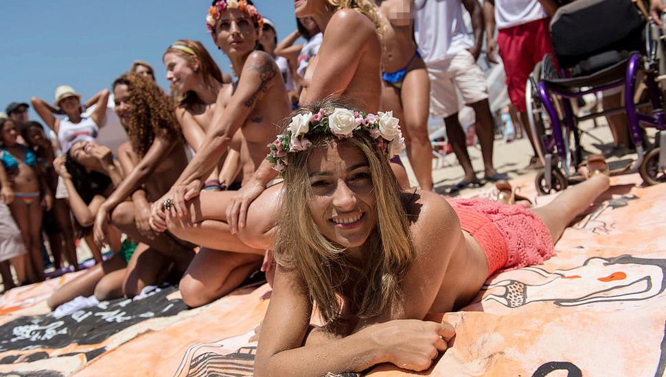 环球图片一周精选 巴西女子裸身抗议海滩禁令