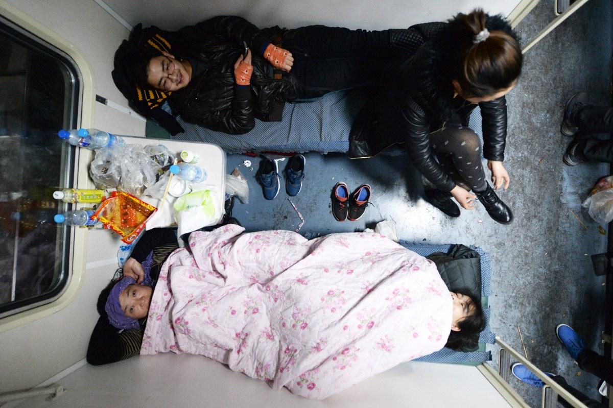 春运表情:卧铺车里众生相