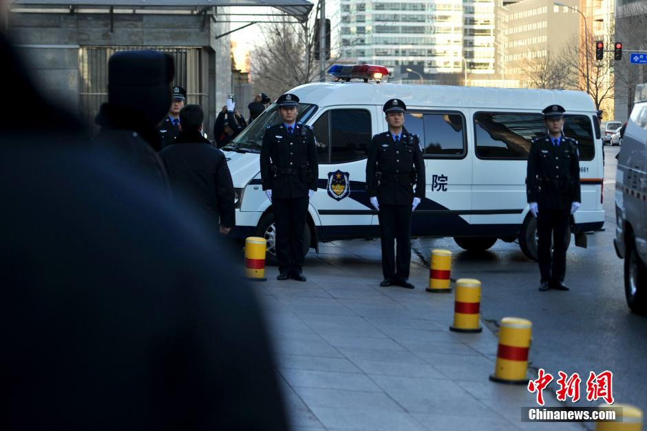 张默涉毒案开庭 载有张默警车驶入法院