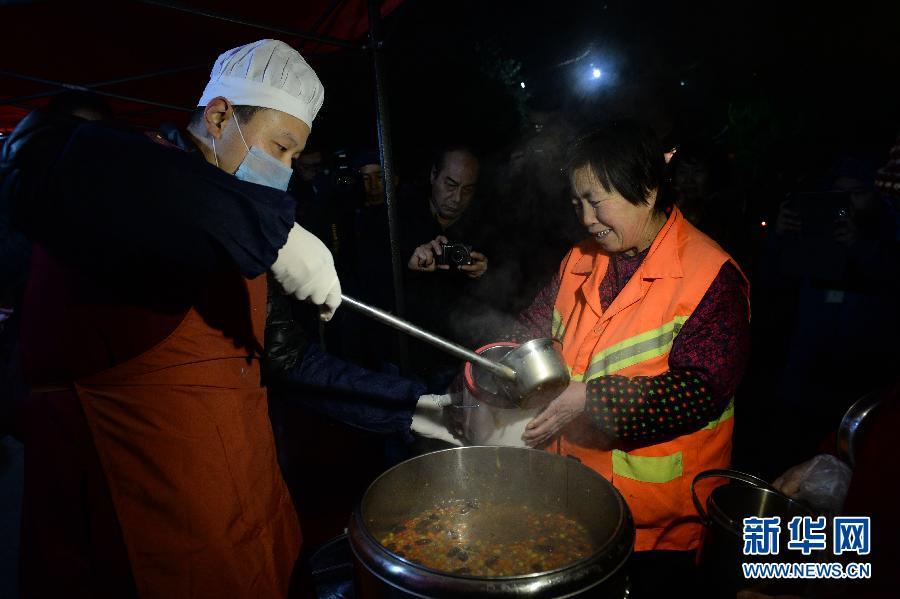 西安市民凌晨排队领取腊八粥