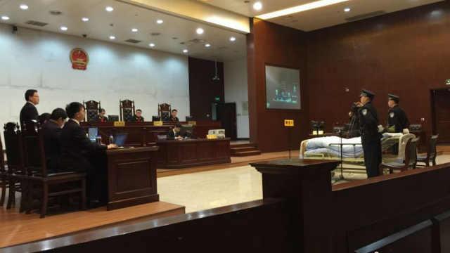 """""""杭州7·5公交纵火案""""庭审 被告人躺病床上出庭"""