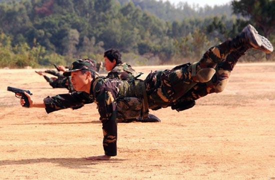 特战女兵展示单手撑地射击