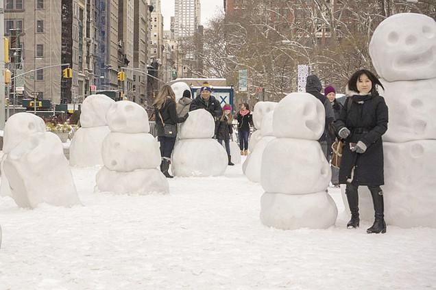 美国艺术家制作小怪兽雪人