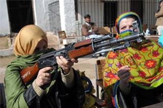 巴基斯坦女教师学用56式冲锋枪