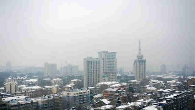 江苏南京持续降雪 城市披银妆