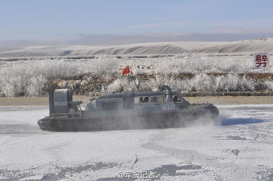 冰封界河上解放军气垫船狂奔