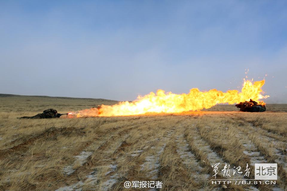 解放军喷火兵射出一条长长火舌