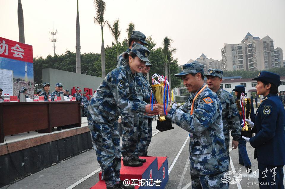 空军运动会上男兵给女兵颁奖