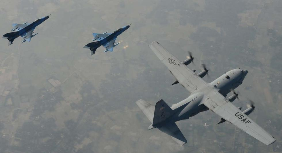 歼7战机与美军C130象步游行