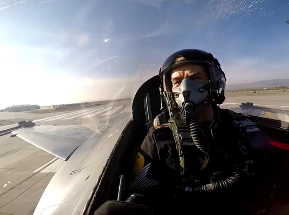 62岁空军司令乘机完成高难动作