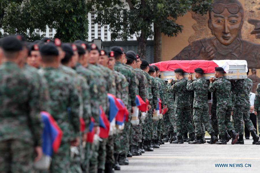 菲律宾C130军机运回44具棺材
