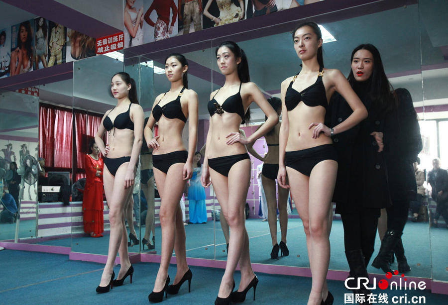艺考冲刺 女生穿比基尼练形体走T台组图 社会