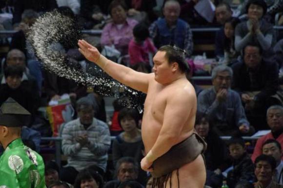 日本相扑力士撒盐仪式神似迪斯尼小叮当