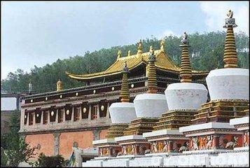 塔尔寺位于青海省西宁市湟中县鲁沙尔镇西南隅的莲花山坳中.塔尔图片