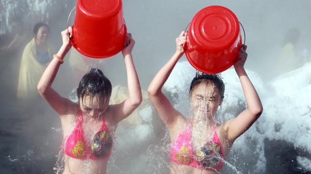 吉林美女穿泳装-20℃挑战冰桶