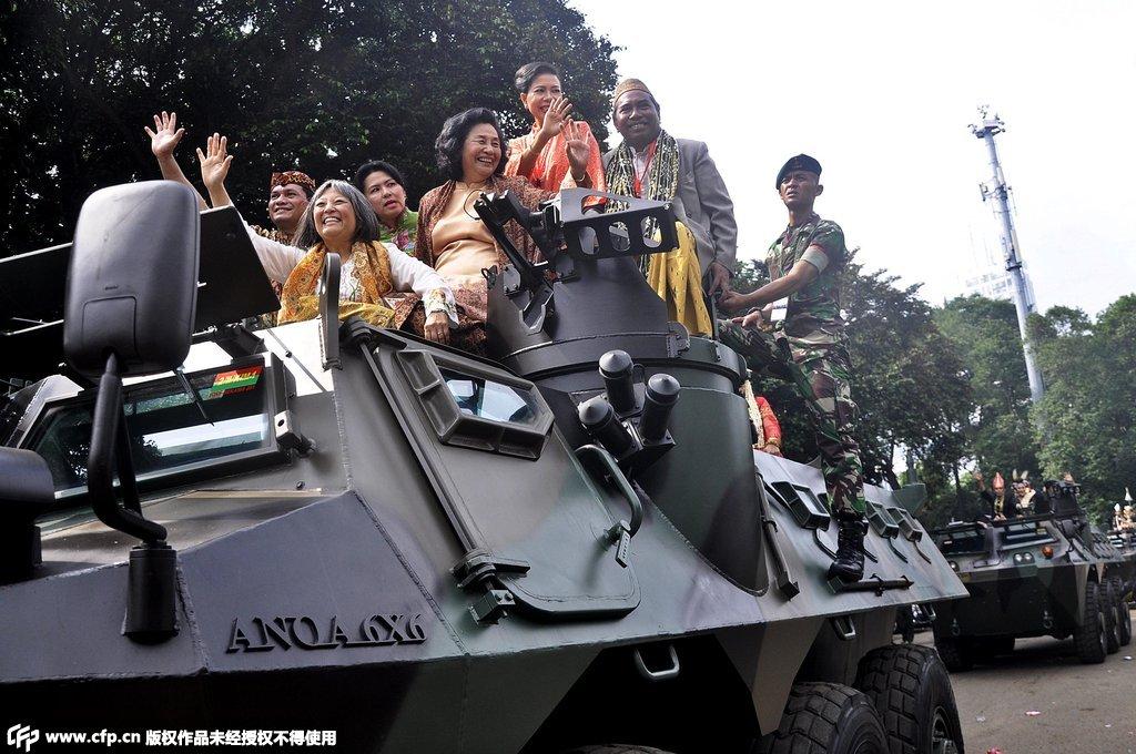 印尼新人坐军队装甲车顶成亲