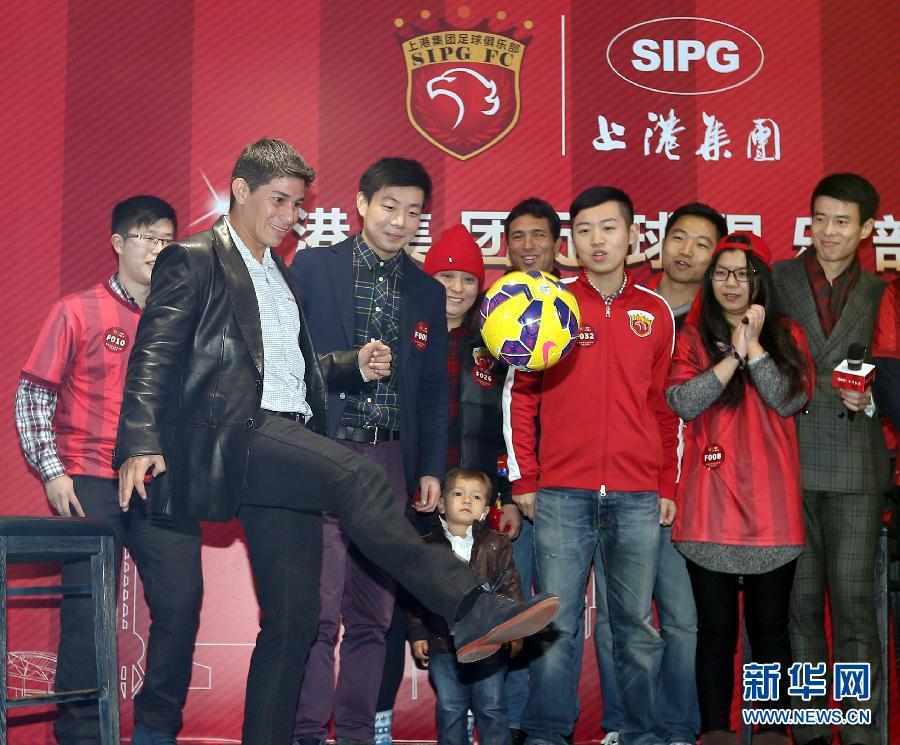 孔卡正式加盟上海上港 大秀球技