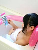 日公司推出全新浸浴枕 可在澡盆里玩手机