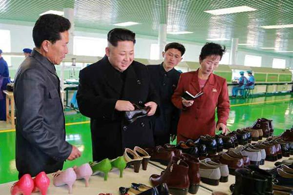 金正恩视察皮鞋厂