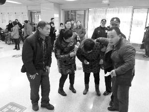 女子吃枣被卡求救 的哥的姐兵分两路紧急救助