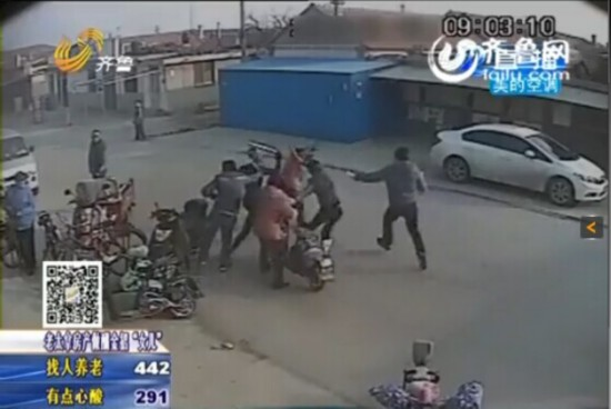"""六旬大妈被指卖""""黑猪肉"""" 被4名小伙街头暴打"""