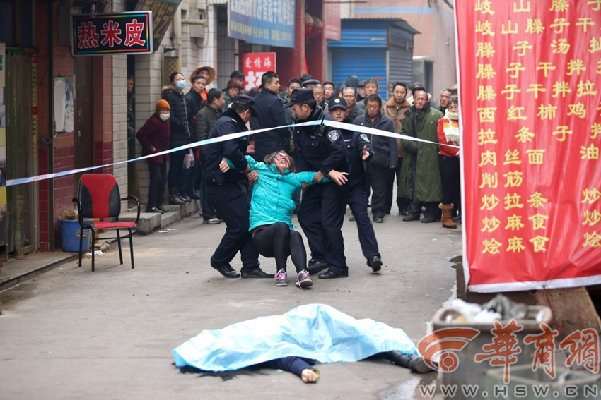 西安17岁女子三楼坠亡 其母跪地失声痛哭