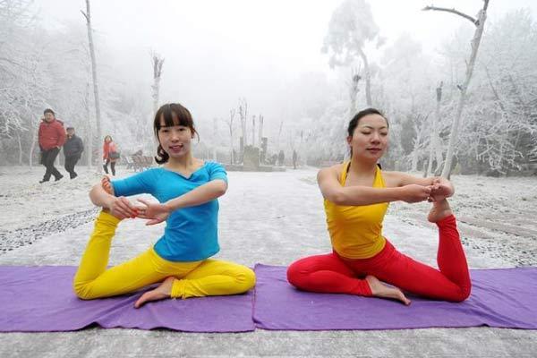 """湖南张家界瑜伽美女冰天雪地秀""""柔功"""""""