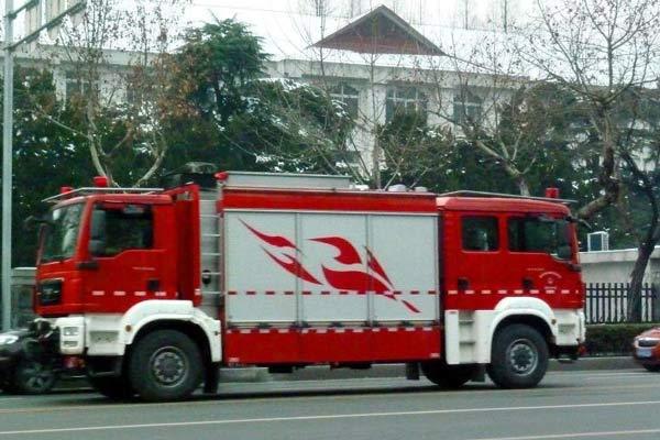 南京街头现双车头消防车 价值900万元