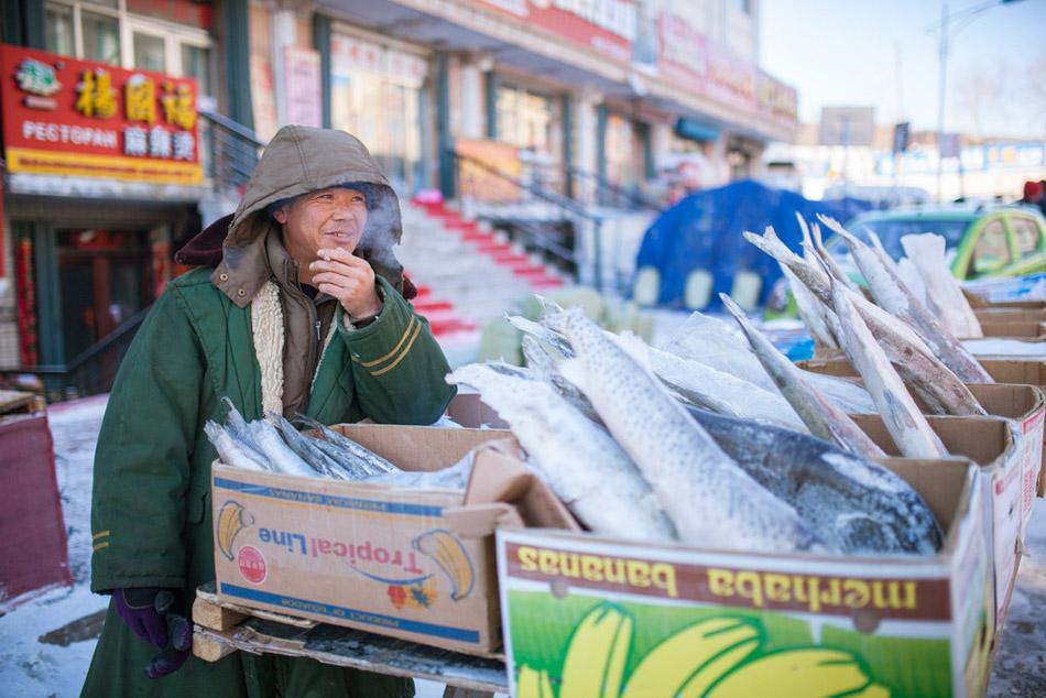 """中国的""""极东"""" 冻鱼倒插地上卖"""