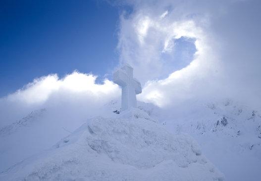 罗马尼亚山顶现冰雪教堂圣洁壮观令人惊叹