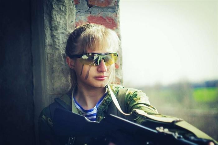 俄美少女穿军装废墟玩cosplay