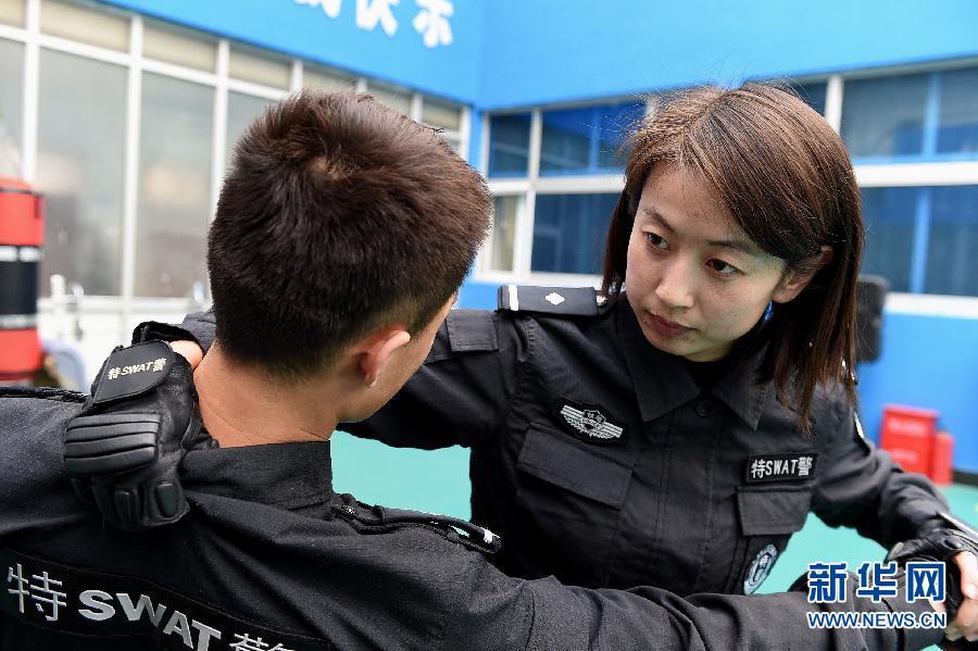 时看警匪片觉得警察特别帅气,萌生了当警察的想法.2012年她从郑