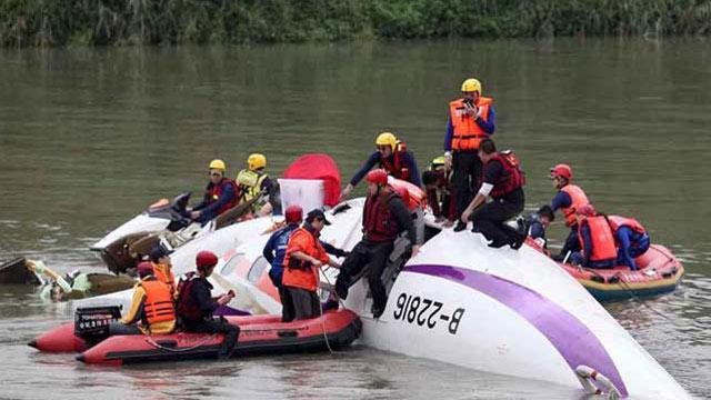 复兴航空一班机坠河致十多人遇难  高层鞠躬40秒道歉