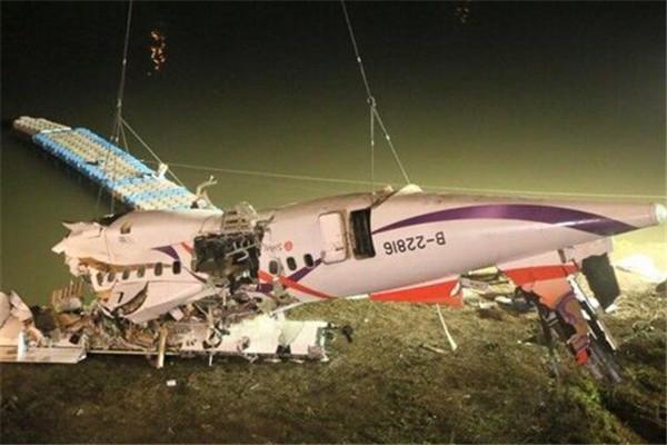 复兴航空夜间搜救 河中吊起机身