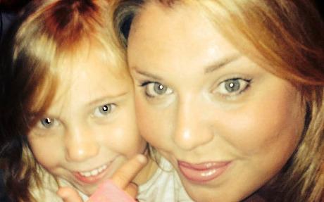 英5岁女童及时拨打急救电话挽回母亲生命