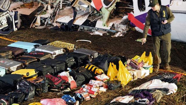 台湾复兴航空失事班机被打捞 岸边堆满行李箱