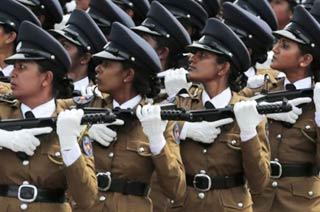 斯里兰卡女兵端冲锋枪列阵