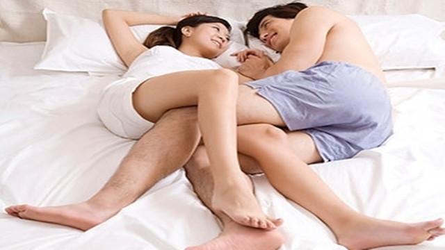 睡姿透露夫妻关系