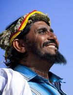 沙特古老部落男性戴花环深居山区