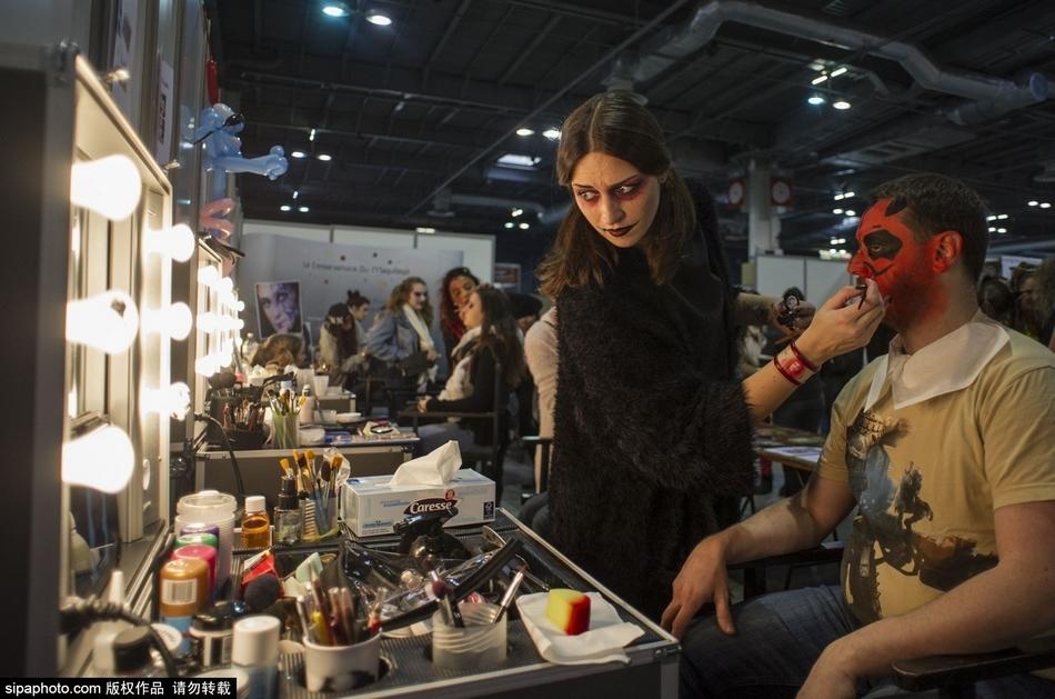 巴黎漫画科幻展:美女丧尸上演cos秀 图片