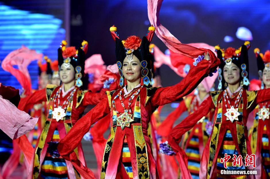 7日晚,拉萨市2015年春节藏历木羊新年电视联欢会录制完成,老艺
